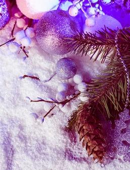 Decoração de natal em branco e prata com luz azul