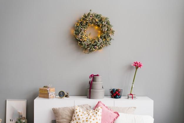Decoração de natal em casa e uma coroa de flores na parede no interior