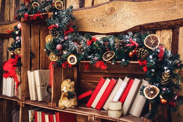 Decoração de natal em estilo rústico no fundo de uma parede de madeira.