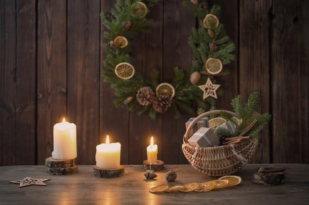 Decoração de natal em fundo de madeira velha