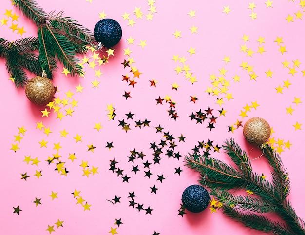 Decoração de natal em fundo rosa.