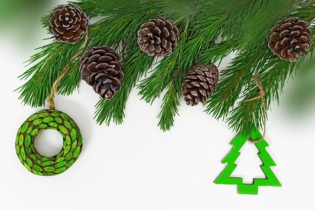 Decoração de natal em galhos de pinheiro.