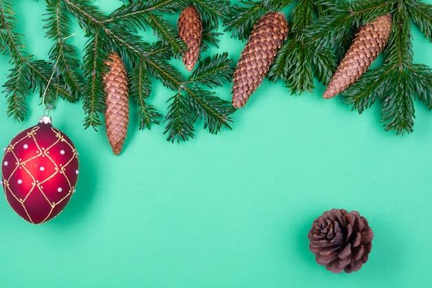Decoração de natal em galhos de pinheiros isolados