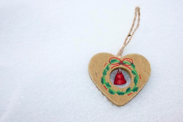 Decoração de natal em madeira com coração e sino