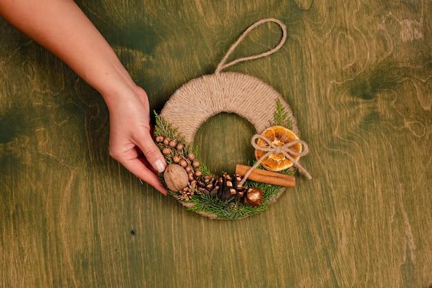 Decoração de natal em mesa de madeira verde, vista superior