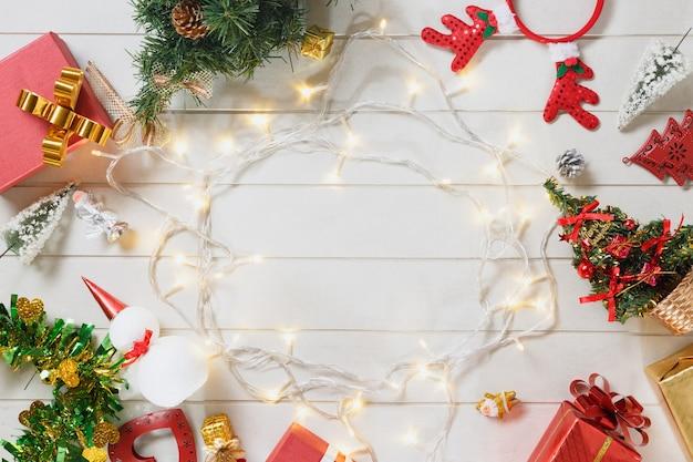 Decoração de natal em placa de madeira branca, vista superior ou foto plana