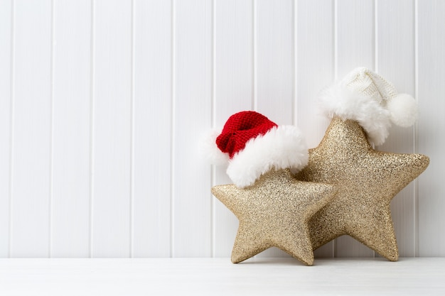 Decoração de natal em um fundo branco de madeira.