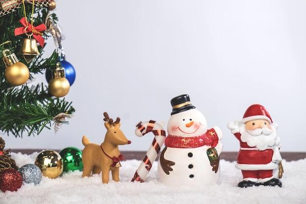 Decoração de natal feriado ou ano novo com papai noel e boneco de neve no fundo da neve