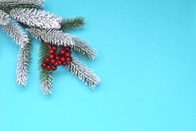 Decoração de natal, inverno, ramo de árvore do abeto em azul com espaço de cópia