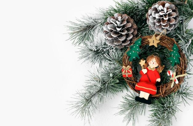 Decoração de natal, menina decorando a árvore de natal