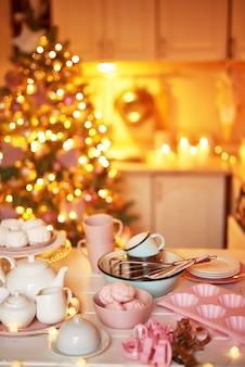 Decoração de natal na cozinha. pratos de natal e doces. interior brilhante da cozinha do ano novo.
