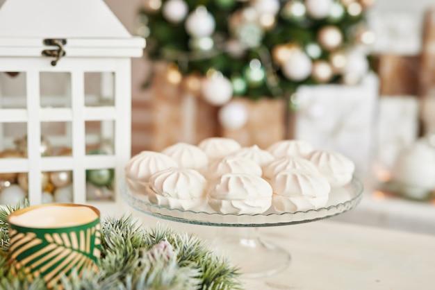 Decoração de natal na cozinha. talheres de natal. utensílios de cozinha de natal. interior brilhante da cozinha de ano novo. modelo de cartão de ano novo.