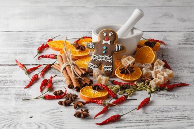 Decoração de natal na mesa de madeira com canela, laranja, nozes