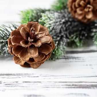 Decoração de natal na mesa de madeira, foco seletivo e imagem quadrada