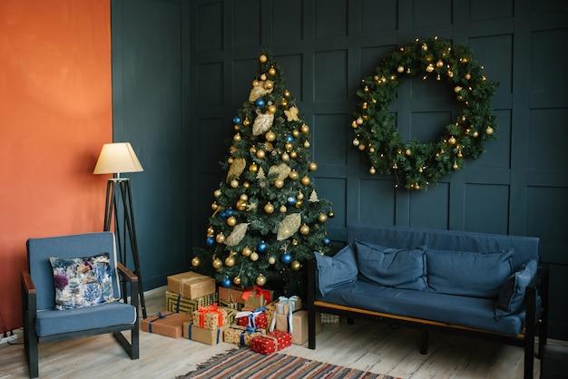 Decoração de natal na sala de estar em estilo loft, azul e vermelho
