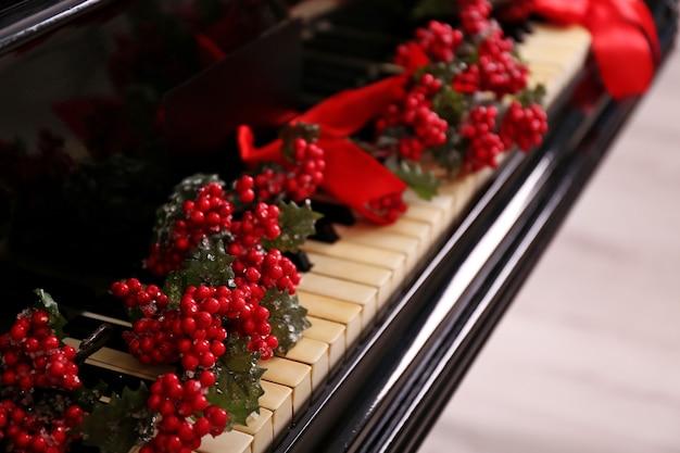 Decoração de natal nas teclas do piano, closeup