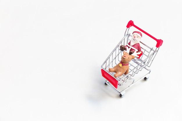 Decoração de natal no carrinho de compras vermelho.