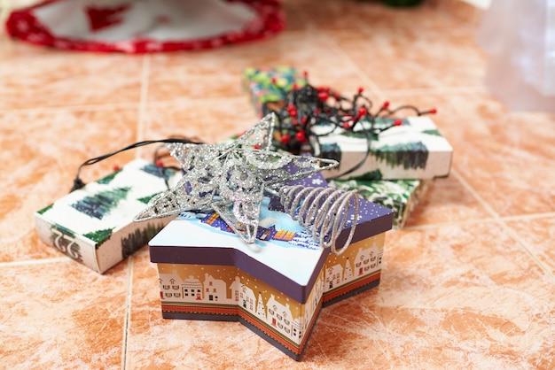 Decoração de natal no chão da sala
