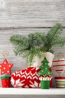 Decoração de natal no fundo de madeira. cartão de natal.