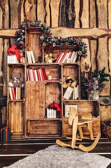 Decoração de natal no fundo de uma parede de madeira.