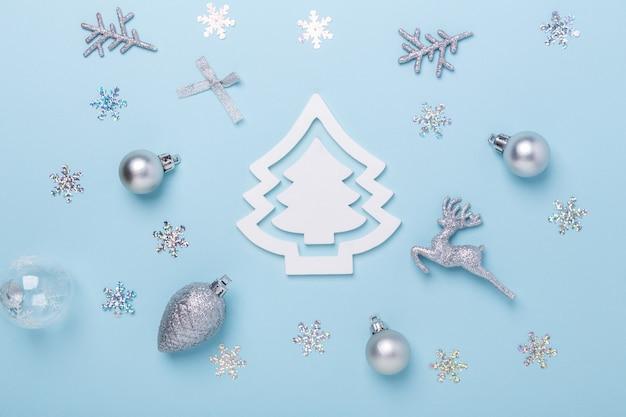 Decoração de natal prata composição sobre fundo azul pastel