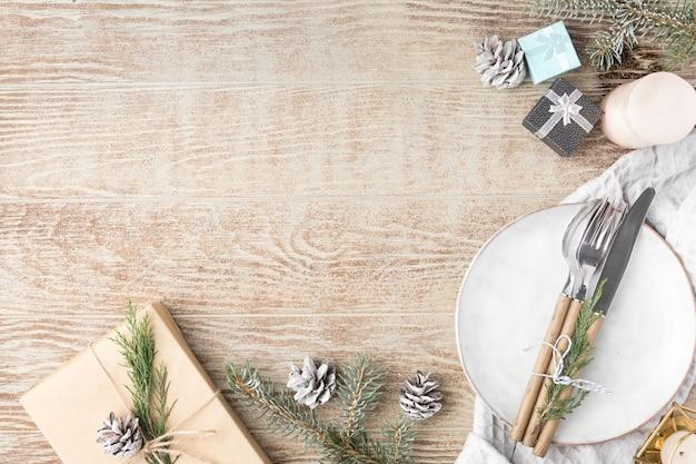 Decoração de natal. prato festivo e talheres com decorações de natal. fundo de feriado, ano novo