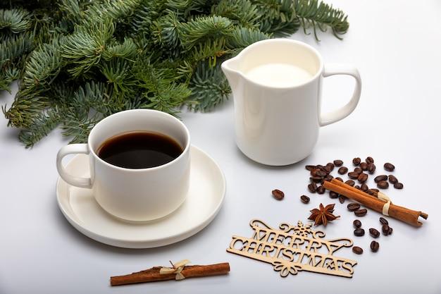 Decoração de natal. xícara de café expresso com leite, árvores de natal e texto de madeira feliz natal