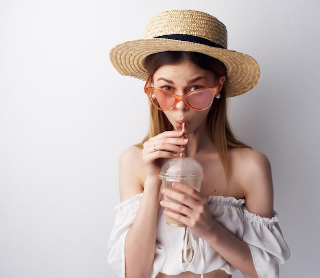 Decoração de óculos de sol da moda com joias de mulher alegre