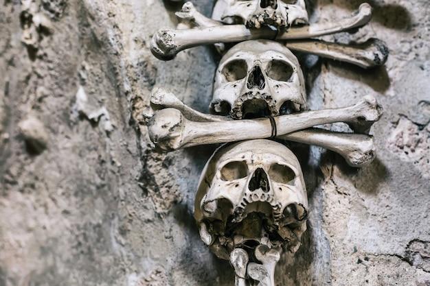 Decoração de ossos e crânios humanos close-up