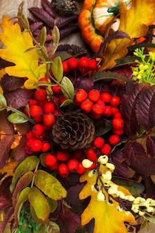 Decoração de outono com cones, bagas de rowan e folhas de carvalho
