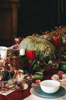 Decoração de outono de ação de graças com vela e abóboras close-up