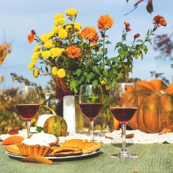 Decoração de outono mesa de jantar de ação de graças no jardim.