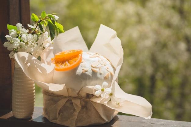 Decoração de ovo de páscoa com flores
