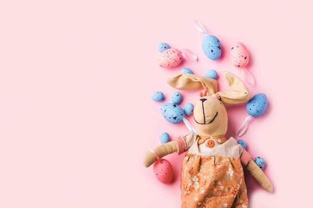 Decoração de ovos de páscoa e coelho rosa