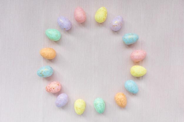 Decoração de ovos multicoloridos. conceito de páscoa