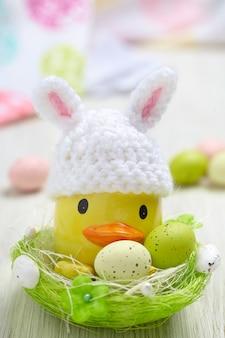 Decoração de páscoa com pequeno pato e ovos