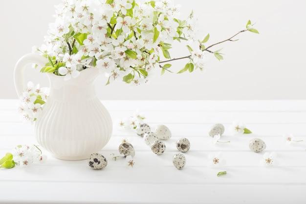 Decoração de páscoa na mesa de madeira branca
