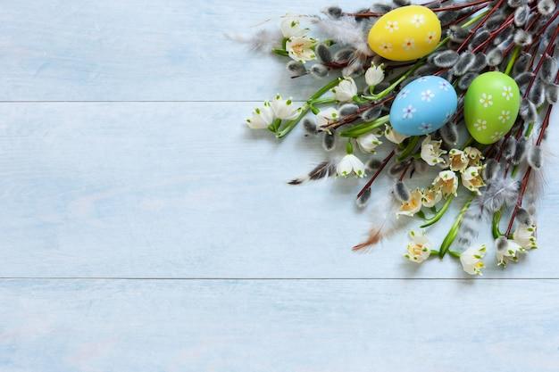 Decoração de páscoa ovos de páscoa, salgueiro e snowdrops. vista de cima, close-up, lay plana