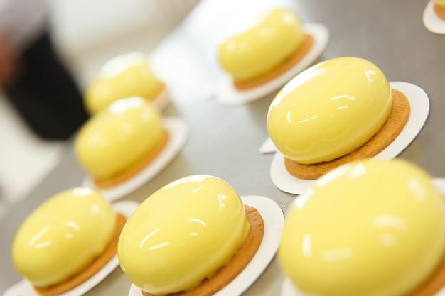 Decoração de pastelaria esmaltada à espera de elementos decorativos.