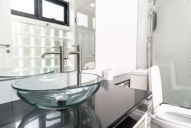 Decoração de pia no interior da casa de banho