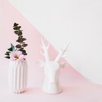 Decoração de plantas bonitas com estátua de cervo