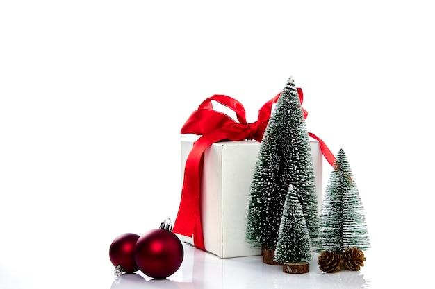 Decoração de presentes de natal em parede branca