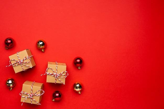 Decoração de presentes e natal em um fundo vermelho colorido.
