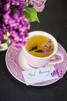 Decoração de primavera com flores lilás