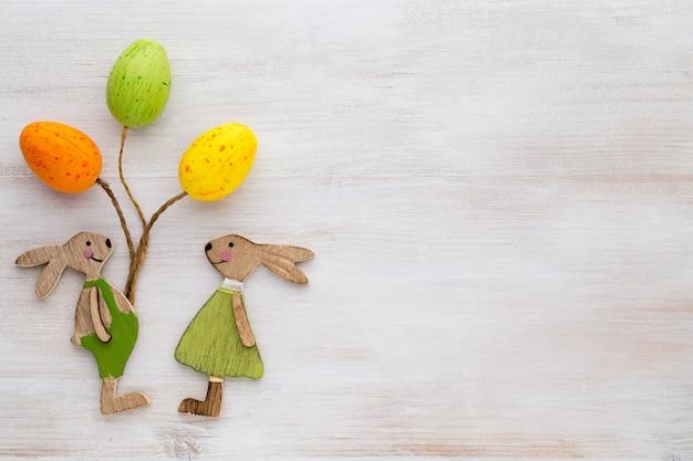 Decoração de primavera e páscoa. coelho, flores e borboletas de símbolos de madeira.