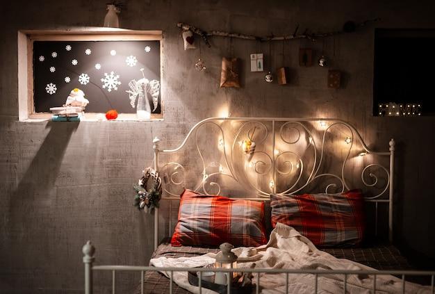 Decoração de quarto de natal em estilo loft, cinza concreto e ficar com presentes pendurados na parede.