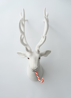 Decoração de renas de natal com doces de natal.