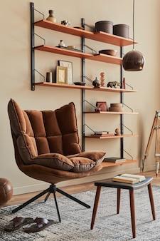Decoração de sala com poltrona marrom, mesa de centro, estante de madeira, livro, porta-retrato, decoração e acessórios pessoais elegantes na decoração da casa.