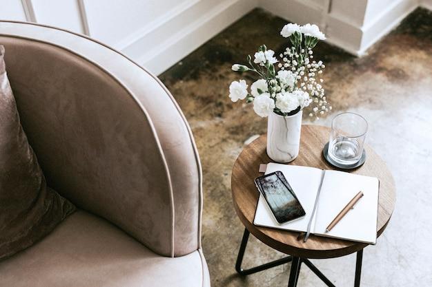Decoração de sala de estar moderna em tons pastéis