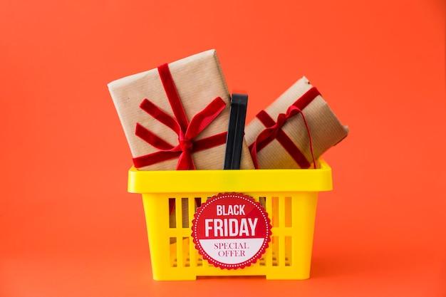 Decoração de sexta-feira preta com presentes na cesta